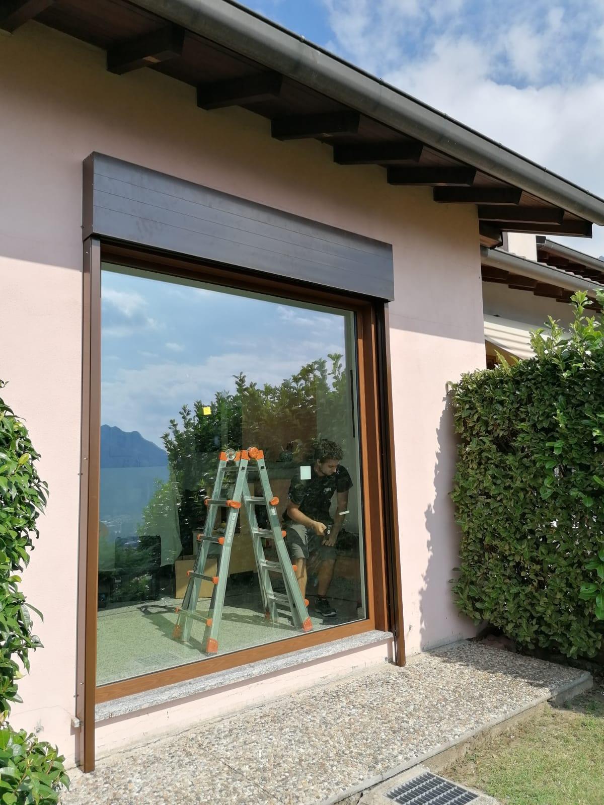 Frangisole con cassonetto esterno e vetrata fissa 1